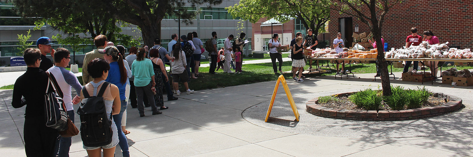 Students lined up outside farmers market on campus