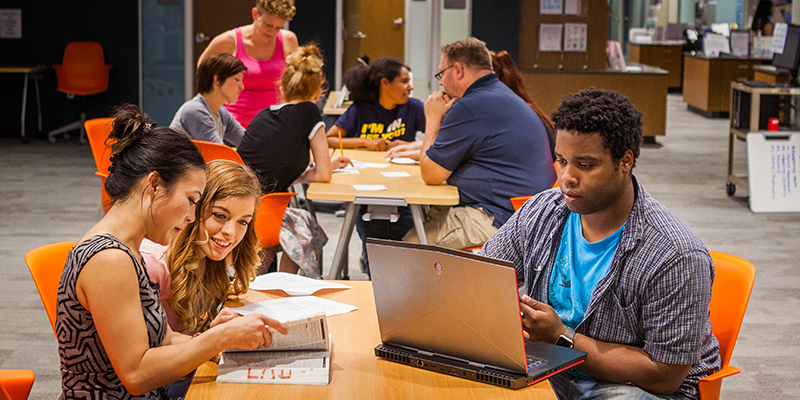 Students studying together in SCC Tutoring Center